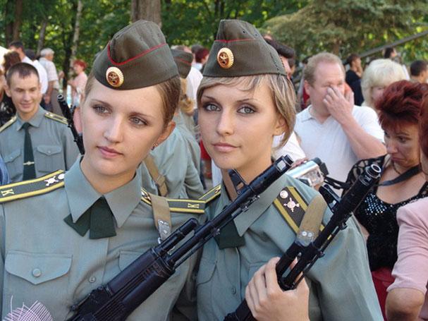 девушки с автоматами калашникова