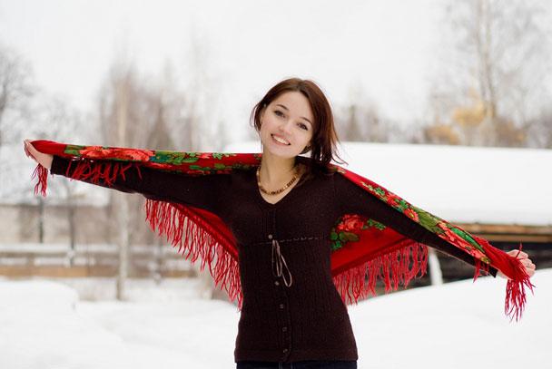 девушка с русским платком зимой