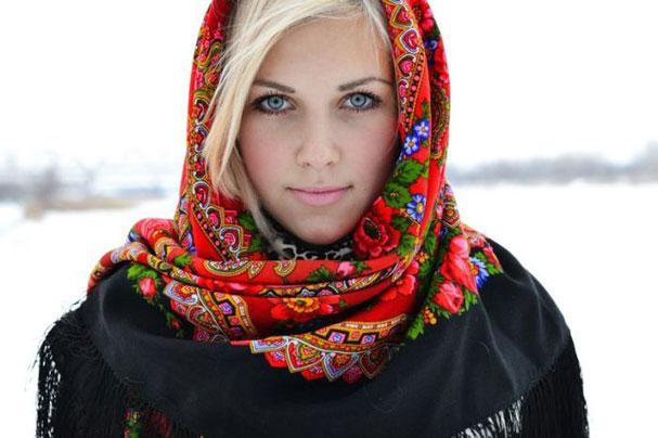 девушка с красивыми глазами в платке