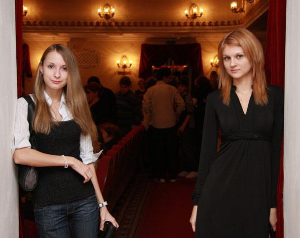 девушки в театре уже заждались принцев