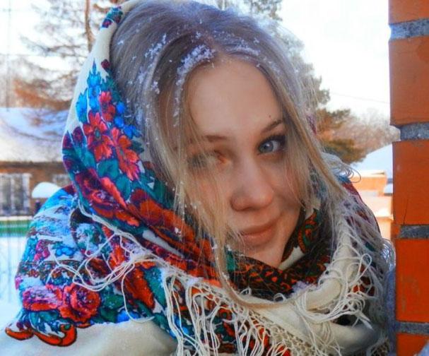 девушка в платке зимой